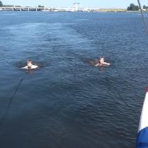 Jip en Maas achter de boot