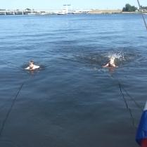 Jip en Meike achter de boot